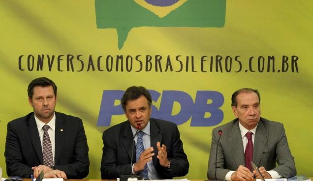 O senador Aécio Neves entre os líderes do PSDB na Câmara, Carlos Sampaio, e no Senado, Aloysio Nunes, durante reunião da Executiva Nacional, em Brasília. Foto George Gianni