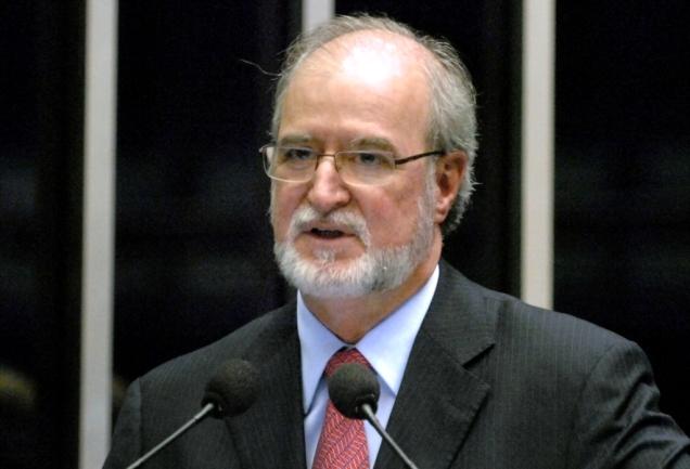 Para Azeredo, a oposição questiona a politização feita pela ministra Maria do Rosário, querendo transferir uma culpa que é do próprio governo