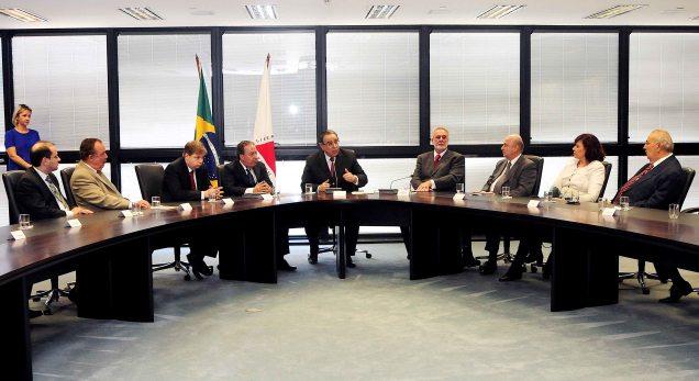 Os primeiros convênios foram assinados pelo vice-governador Alberto Pinto Coelho. Foto Omar Freire/Imprensa MG