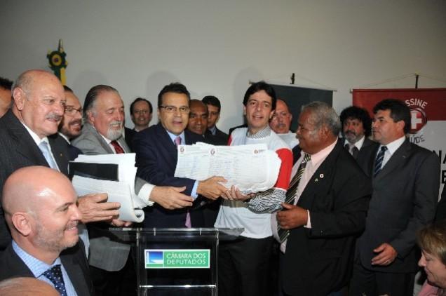 Assinaturas obtidas em Minas Gerais na Campanha Assine + Saúde foram entregues em Brasília, dia 14