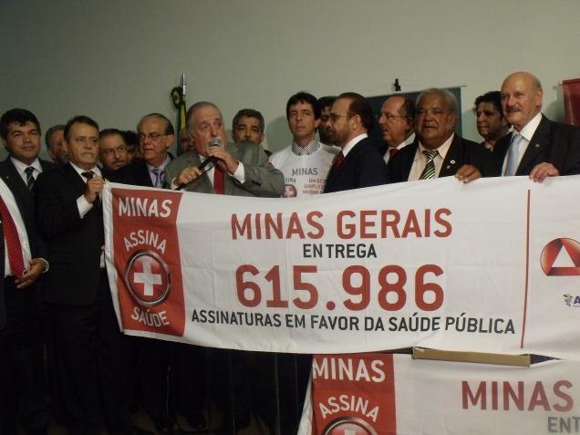 Mosconi vai ao Congresso e apresenta as 600 mil assinaturas dos mineiros em favor da saúde pública