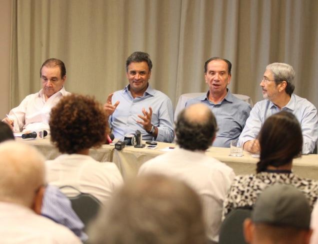 Aécio Neves falou com a imprensa na capital baiana. Foto George Gianni
