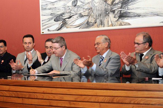 O governador Anastasia assinou, em Nova Lima, a ordem de início das obras de asfaltamento. Foto Osvaldo Afonso / Imprensa MG