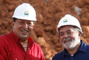 Chávez e Lula, em 2005, após assinatura de contrato entre as petrolíferas Petrobras e PDVSA