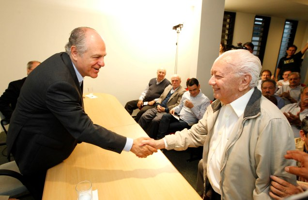 Pimenta da Veiga afirma que prioridade é manter diálogo aberto com lideranças de todo Estado; na foto, com o ex-veredor Antônio Pinheiro. Foto Leo Lara