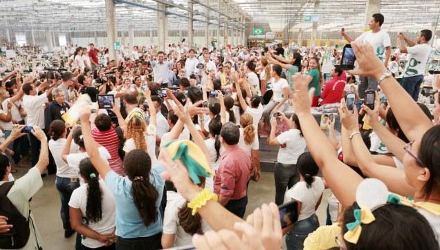 Aécio Neves visitou a fábrica Guararapes, em Natal (RN), onde conversou com trabalhadores. Foto Orlando Brito