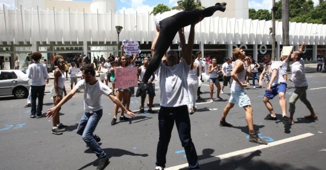 6mar2015---membros-do-ballet-jovem-do-palacio-das-artes-protestam-em-frente-a-sede-da-fundacao-clovis-salgado-fcs-na-avenida-afonso-pena-em-belo-horizonte-mg-na-tarde-desta-sexta-feira-os-1425677719755_956x500
