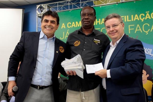 Ronaldo Pereira, presidente do Tucanafro-BH, entrega fichas de filiações ao deputado Domingos Sávio e ao senador Antonio Anastasia. Foto Rafael D'Souza