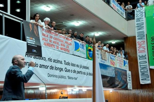 Deputado Gustavo Valadares, líder da Minoria, protesta contra o aumento do ICMS. Foto ALMG