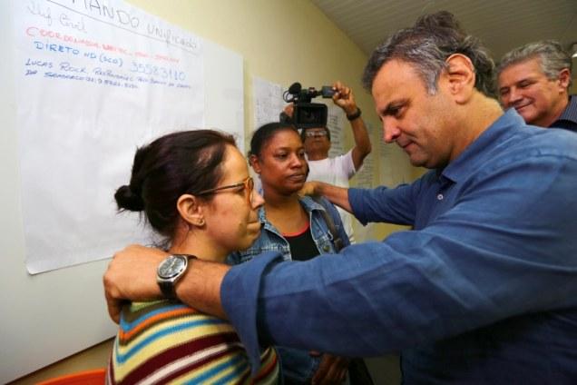 Aline Ferreira Ribeiro e Ana Paula Alexandre, esposas de funcionários terceirizados da Samarco, recebem a solidariedade do senador Aécio Neves. Fotos Emmanuel Pinheiro