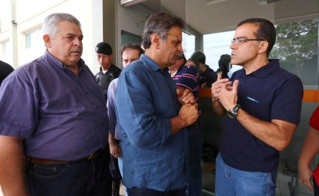 Aécio Neves conversa com representantes da empresa Samarco