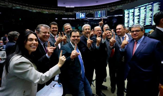 Deputados comemoram aprovação de emenda por apenas um voto de diferença na Câmara