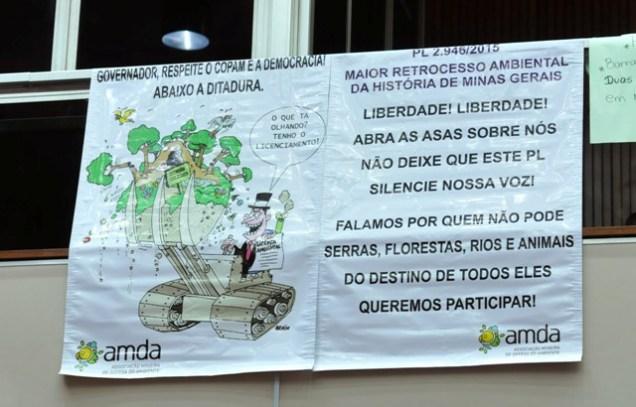 Cartaz colocado nas galerias do plenário da ALMG demostra a revolta dos ambientalistas mineiros