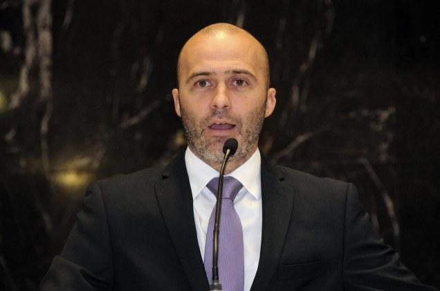 O governo continua mantendo as nomeações e não implanta medidas para equilibrar as contas públicas, afirma Gustavo Valadares