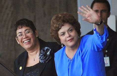 Erenice Guerra, na foto com a presidente Dilma, renunciou ao cargo de ministra-chefe da Casa Civi após denúncias de tráfico de influência e lobby